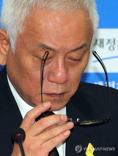 안경 쓰는 김한길 공동대표