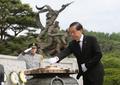 朴元淳成功连任首尔市长 参拜显忠院