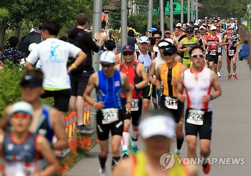 역주하는 철인들(연합뉴스 자료사진)