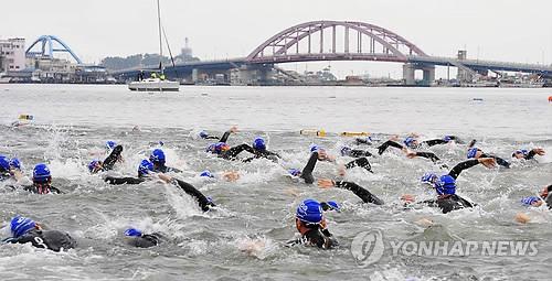 역영하는 철인들(연합뉴스 자료사진)