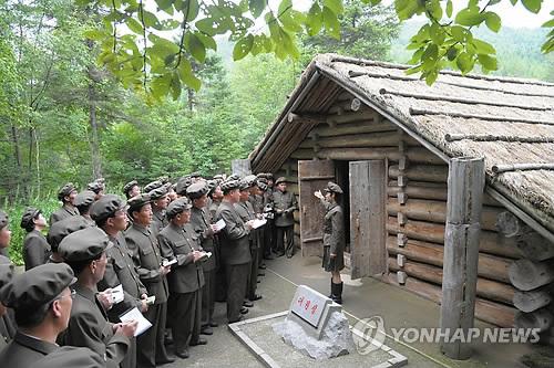 北 혁명전적지답사행군대 김정일 출생지 방문