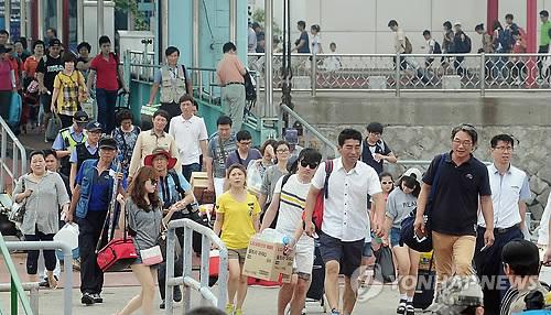 인천 연안여객선 이용하는 피서객들