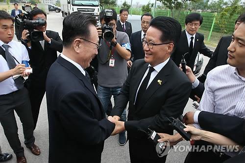 인사나누는 박지원 의원과 김양건 통전부장