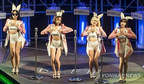 전야제 축하공연하는 아이돌 그룹