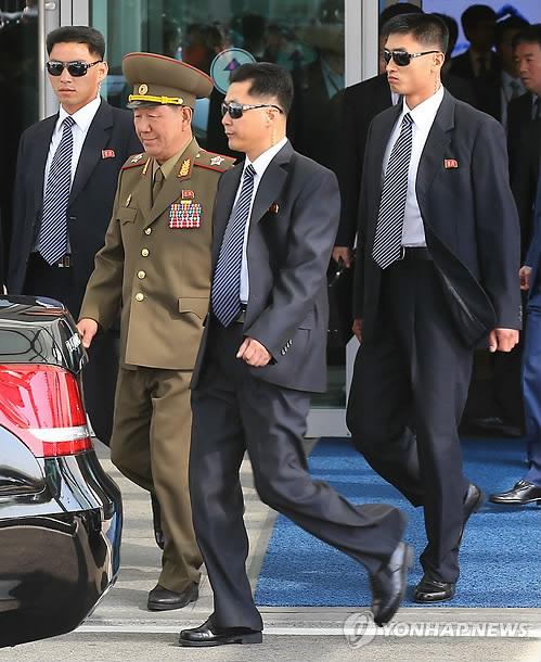 북한 경호원과 함께 이동하는 北 황병서 군 총정치국장