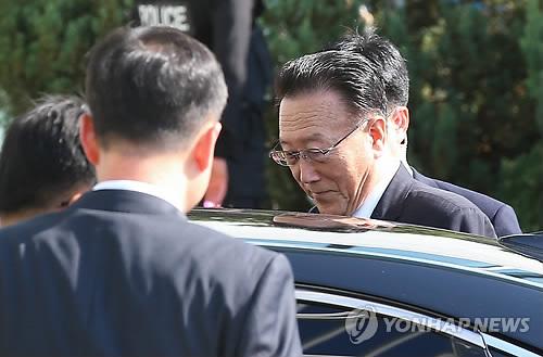 차에 오르는 北 김양건 노동당 통일전선부장