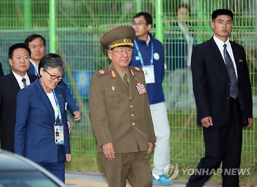 선수촌 나서는 황병서 북한군 총정치국장