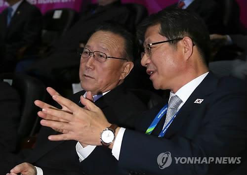 얘기 나누는 류길재 통일장관과 김양건 대남담당 비서