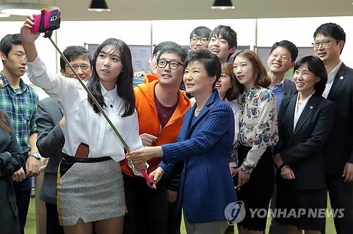 청년 벤처사업가들과 셀카 찍는 박 대통령
