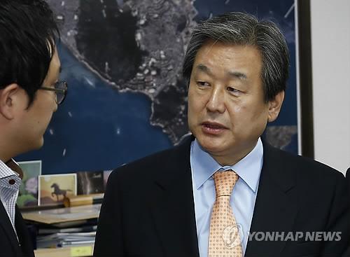 보좌진과 대화하는 김무성 대표