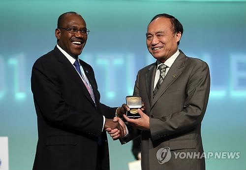 Le secrétaire général de l'UIT et son successeur
