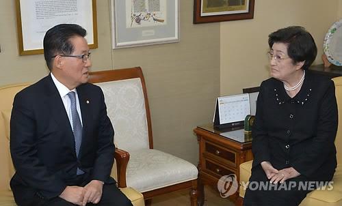 방북인사하는 박지원