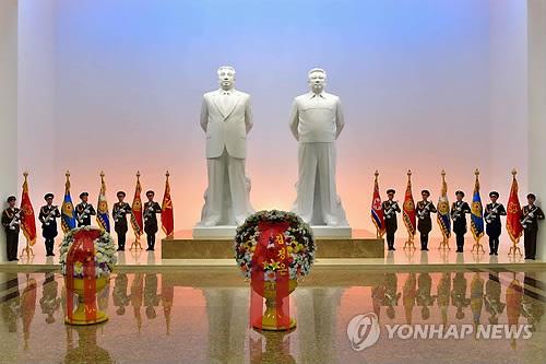 김정은, 군장성 이끌고 금수산태양궁전 참배