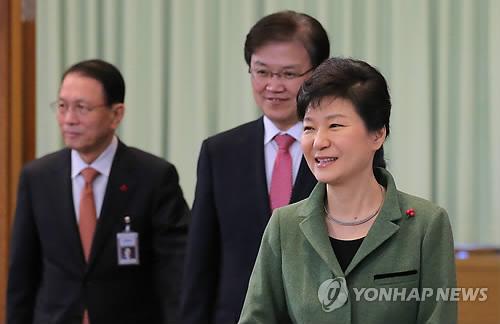 국무회의 참석하는 박 대통령