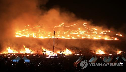 """""""무사안녕 기원"""" 제주 들불 '활활'[연합뉴스 자료사진]"""