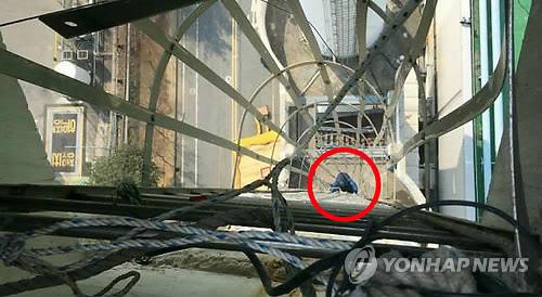 굴뚝 내려가는 김정욱 사무국장