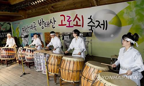 인제 고로쇠 축제 '축하 공연'[연합뉴스 자료사진]