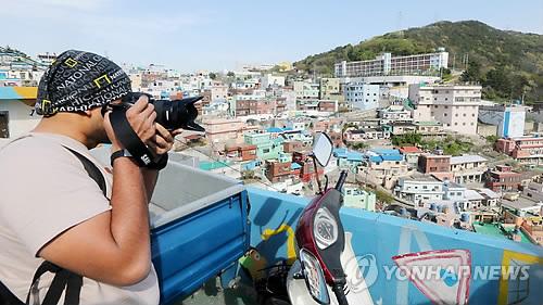 감천문화 마을 촬영하는 아시아 사진작가들