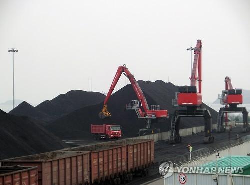 2015年4月に行われた「羅津・ハサンプロジェクト」の2回目のテスト輸送で、羅津港に到着した列車から石炭が下ろされている(統一部提供)=(聯合ニュース)