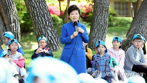 어린이들에게 '꿈' 이야기하는 박 대통령