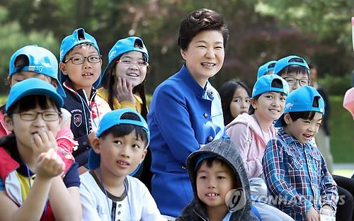 어린이들과 밝게 웃는 박 대통령