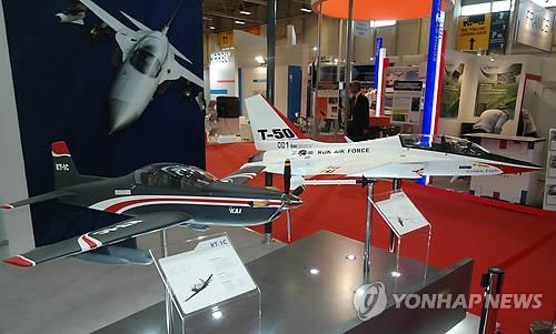터키 국제방산전시회의 한국 훈련기 모형