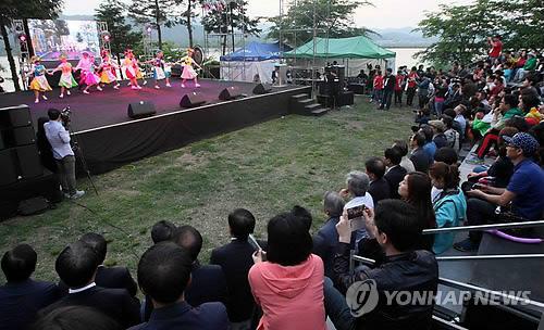 춘천국제연극제 열띤 공연(연합뉴스 자료사진)
