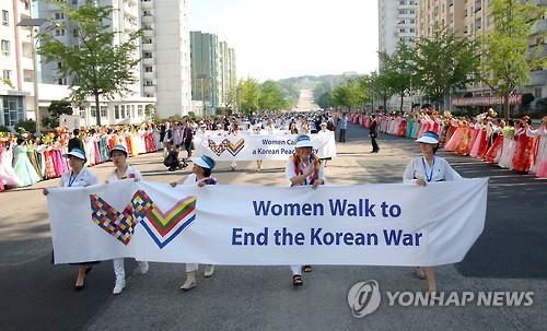 국제여성대행진 참가자들 개성 통과