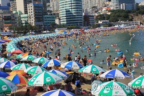 피서객 가득 찬 송도해수욕장 [연합뉴스 자료사진]