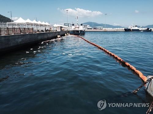 여수박람회장 앞바다 기름유출 방제 작업