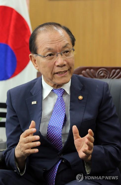 연합뉴스와 인터뷰하는 황우여 부총리