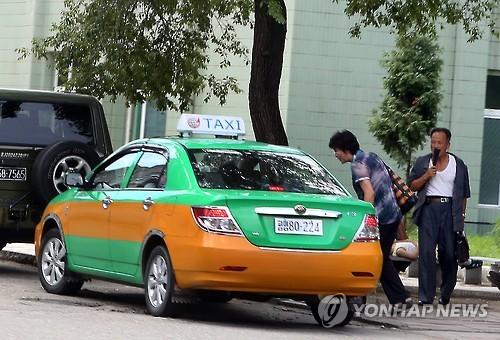 택시 잡는 북한 주민[연합뉴스 자료사진]