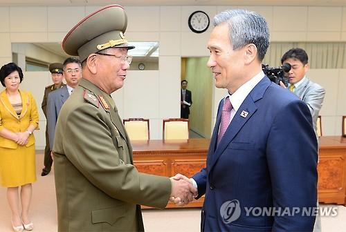 악수하는 김관진과 황병서