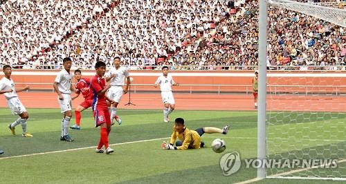 북한 4.25체육단(붉은유니폼)의 축구 경기 모습