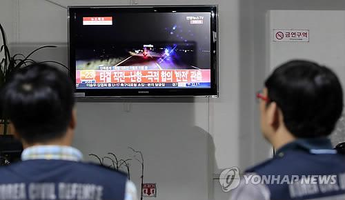 뉴스 시청하는 연천 중면사무소 직원들