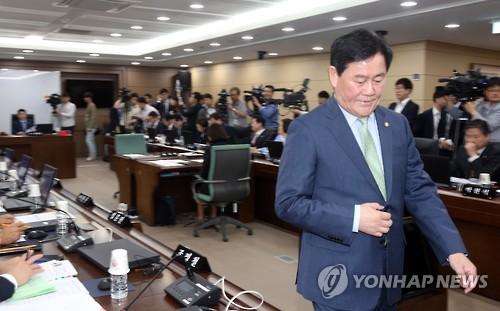 자리로 돌아오는 최경환 부총리 겸 기획재정부 장관