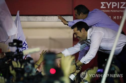 총선 승리 자축하는 치프라스 그리스 전 총리 (AP=연합뉴스)