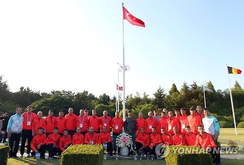 세계군인체육대회 출전 터키팀, 유엔기념공원 참배