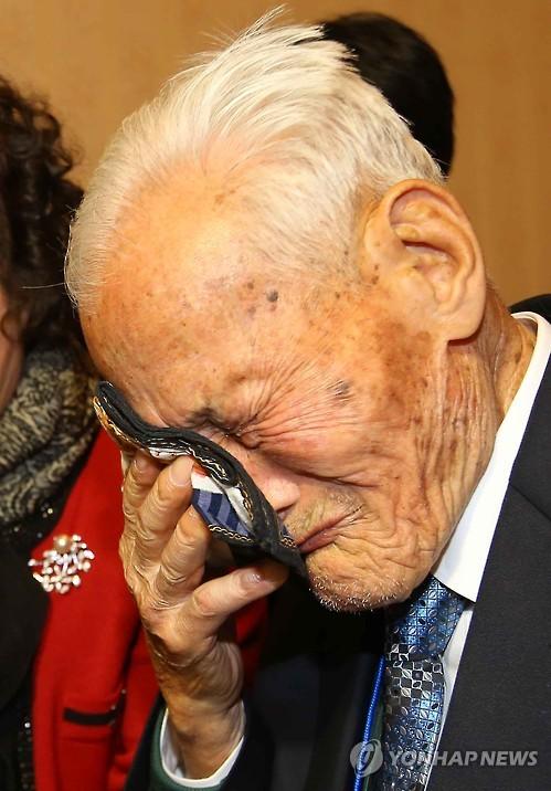 <이산상봉> 눈물 흘리는 이석주 할아버지