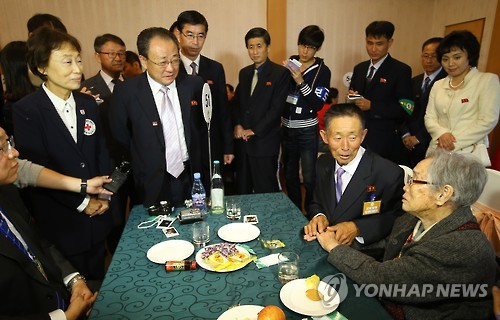 <이산상봉> 이산가족 상봉현장 찾은 남북 적십자 관계자