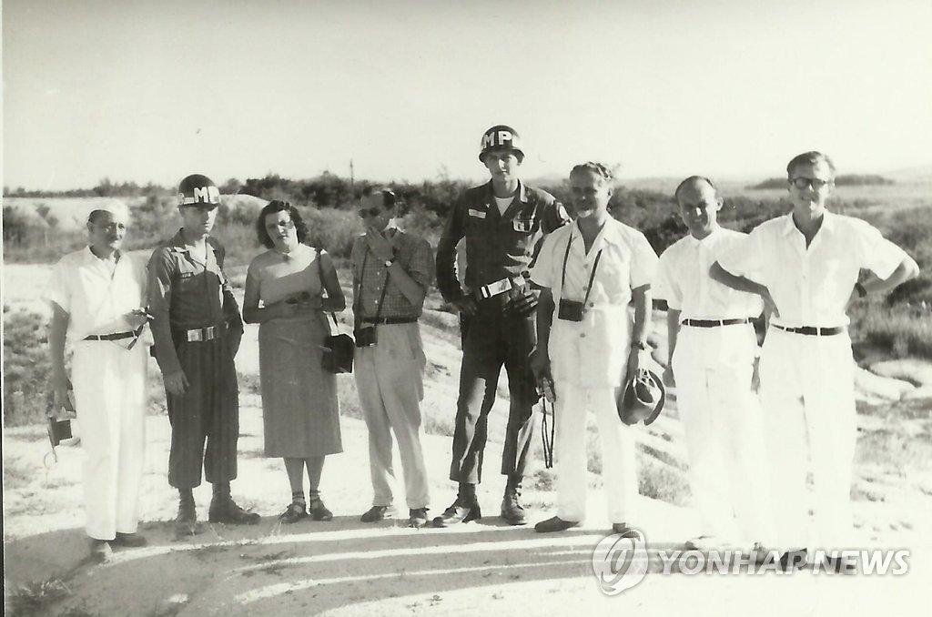 S판문점에서 만난 헝가리 의사와 미군 헌병