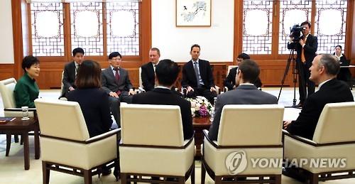 아태뉴스통신사기구(OANA) 대표들과 환담하는 박 대통령