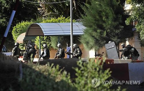 말리軍, '인질극' 래디슨블루 호텔 봉쇄