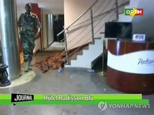 인질극 벌어진 호텔 진입한 말리 특수부대