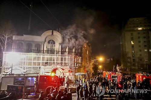 이란 시위대, 사우디 대사관 방화 (AP=연합뉴스)