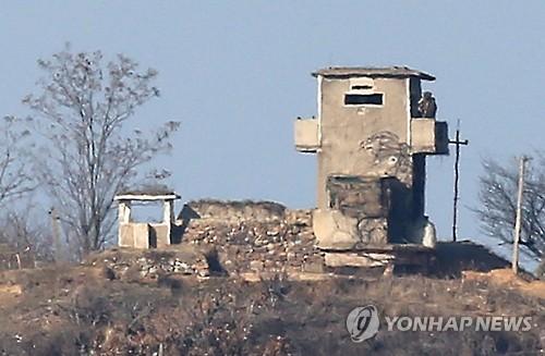 경계 근무 서는 북한 병사