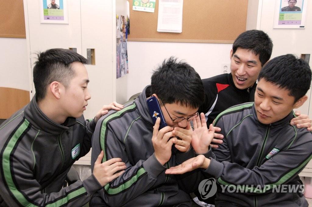 '병사 수신용 공용 휴대전화'로 통화하는 장병들 [국방부 제공=연합뉴스]