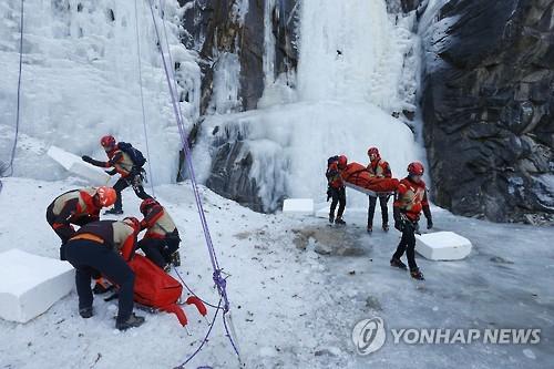 인제 장수대서 빙벽 타던 50대 떨어진 얼음에 눈 부상