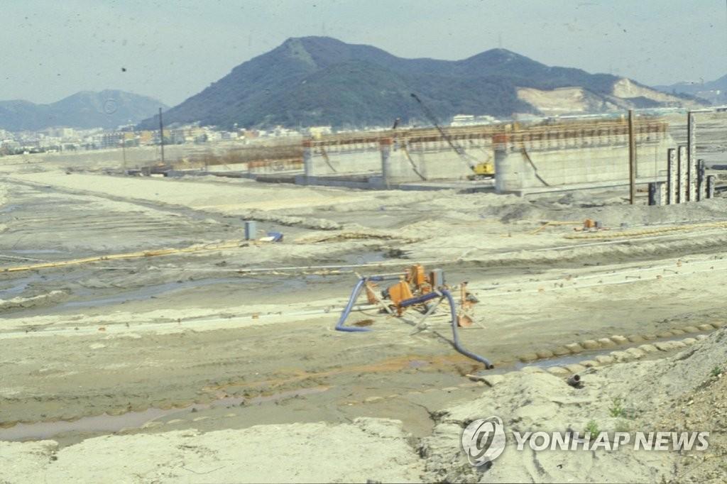 1984년 낙동강 하굿둑 건설 모습
