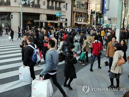 휴일 맞아 행인으로 붐비는 도쿄 긴자 거리